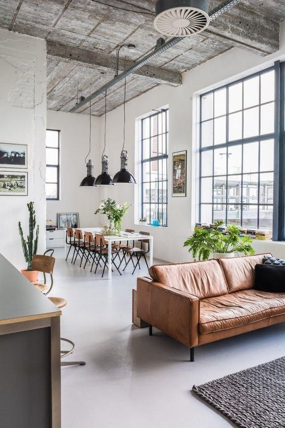 Een betonvloer of gietvloer staat goed in een industrieel interieur.