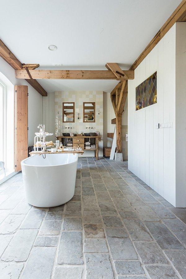 Een stenen vloer staat mooi bij een landelijk interieur.