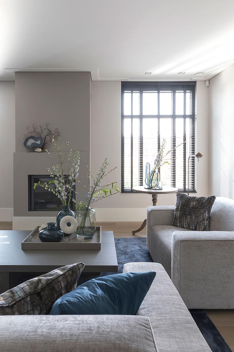 De meubels van een modern interieur zijn rechthoekig en strak.