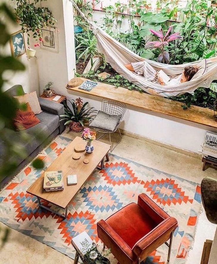 Plaats een comfortable hangstoel in je bohemian interieur. Dit brengt de bohemian vibe echt in huis.