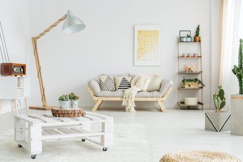 Met een bank of bed van pallets maak je jouw industrieel interieur helemaal af.