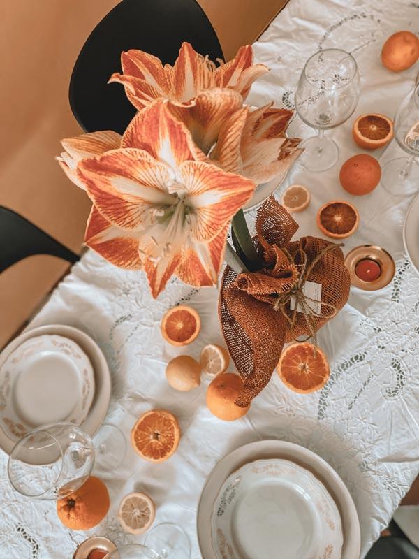 Verse bloemen op tafel in een landelijk interieur.
