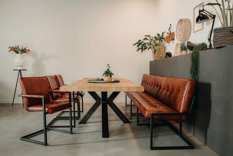 Koop een industriële tafel, want dit is ideaal voor een industrieel interieur.