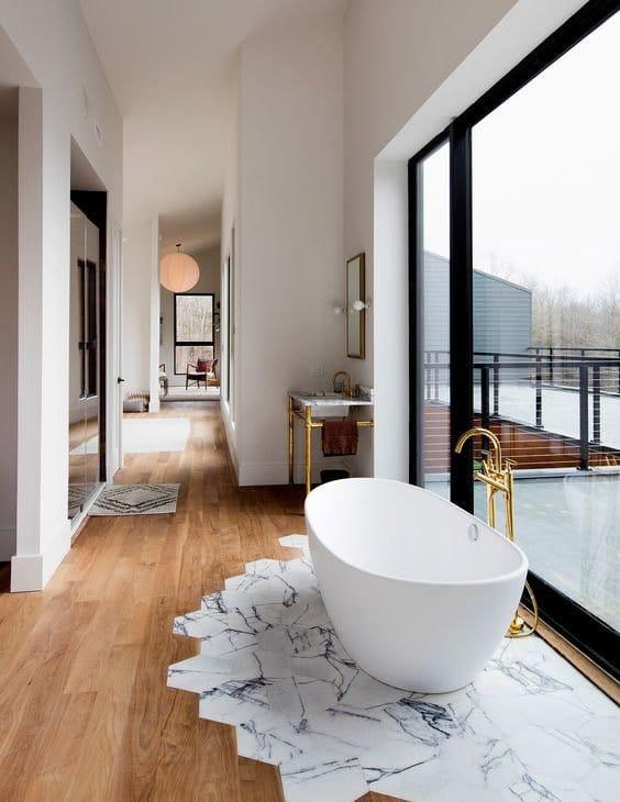 Marmer is enorm populair en past ook goed bij een modern interieur. Denk aan marmeren wanddecoratie of serviesgoed.
